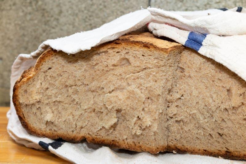 大法国传统面包在棉织物滚动了 免版税库存照片
