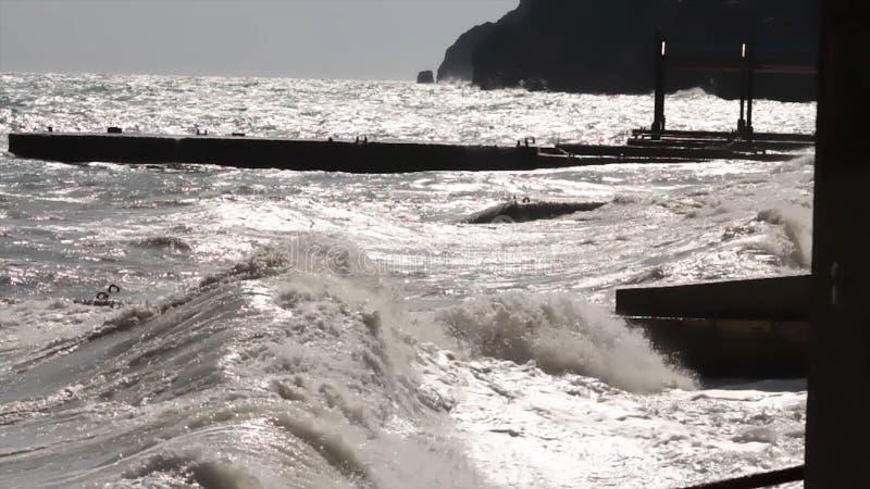 大波浪打破关于防堤特写镜头反对日落背景 射击 海景 海水风暴波浪 库存照片
