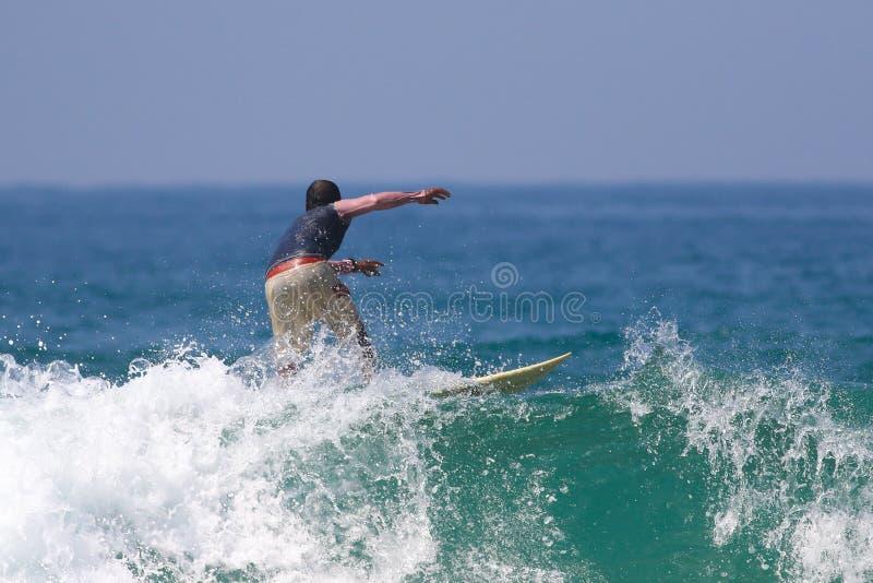 大波浪的冲浪者 免版税库存照片