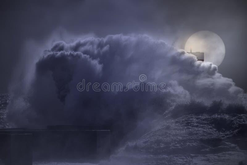 大波浪飞溅在满月夜 免版税库存图片