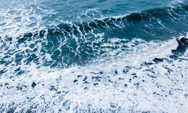 大海创造性纹理 海挥动顶视图 图库摄影