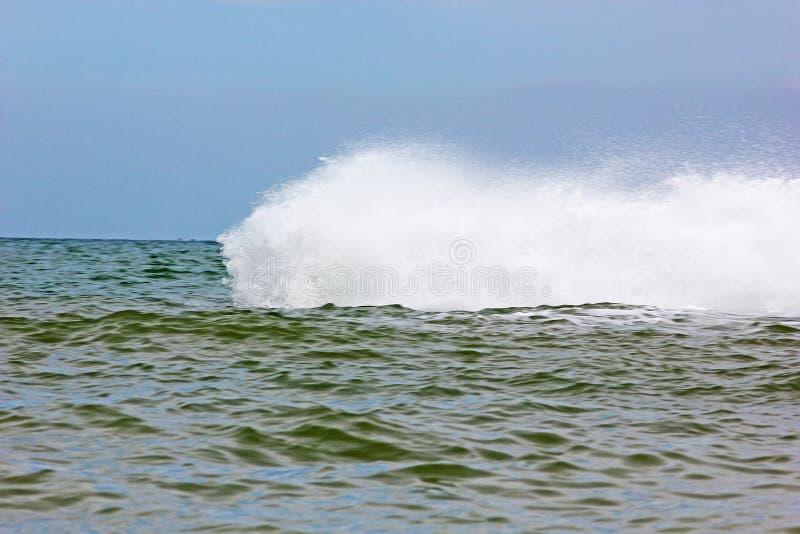 大海啸波浪在海洋飞溅移动岸上 免版税库存图片