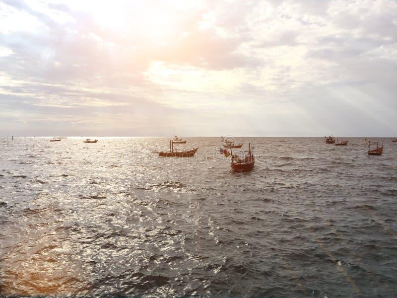 大海天空长尾巴小船海洋长的背景比 库存图片