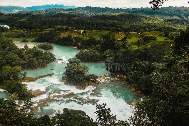 大海秋天恰帕斯州墨西哥,阿瓜阿苏尔峰墨西哥小瀑布 免版税库存照片