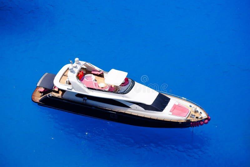 大游艇停住海上在希腊在扎金索斯州海岛附近 免版税库存图片