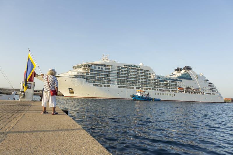 大游轮在港口Palamos在西班牙, Seabourn再来一次从 免版税库存图片