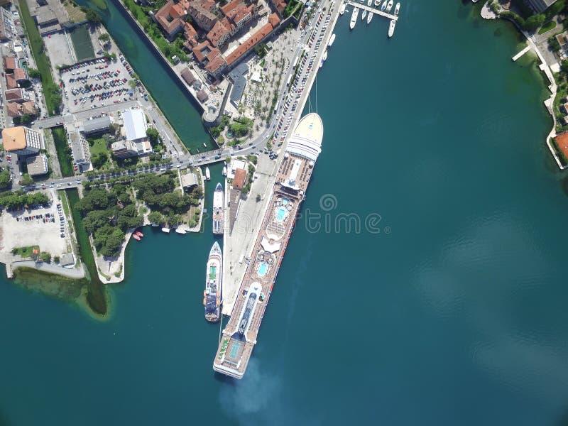 大游轮鸟瞰图在码头附近的 免版税库存照片