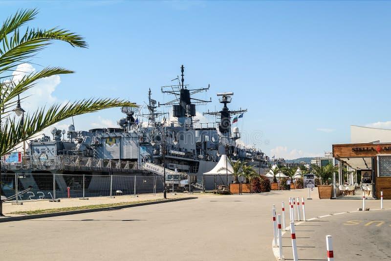 大灰色现代军舰被停泊对海港瓦尔纳的码头 停泊疆土由篱芭分离从 库存照片