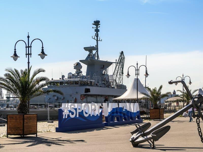 大灰色现代军舰被停泊对瓦尔纳海港的码头 停泊疆土由篱芭分离从 库存图片