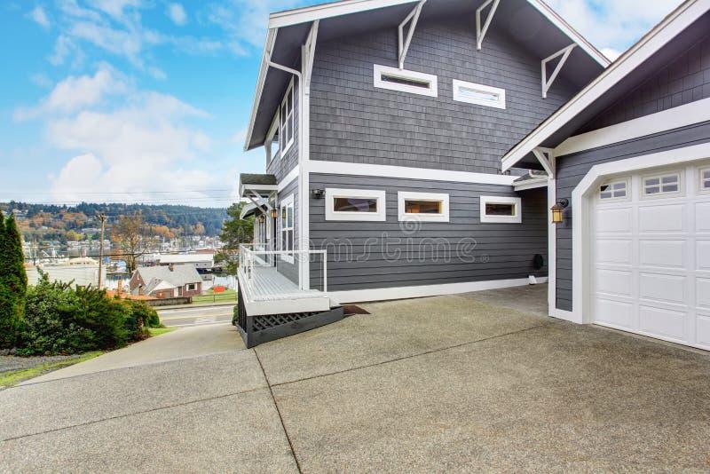 大灰色现代房子和车库 免版税库存图片