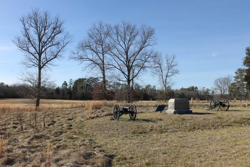 大炮、石头和风景在军事公园 库存照片