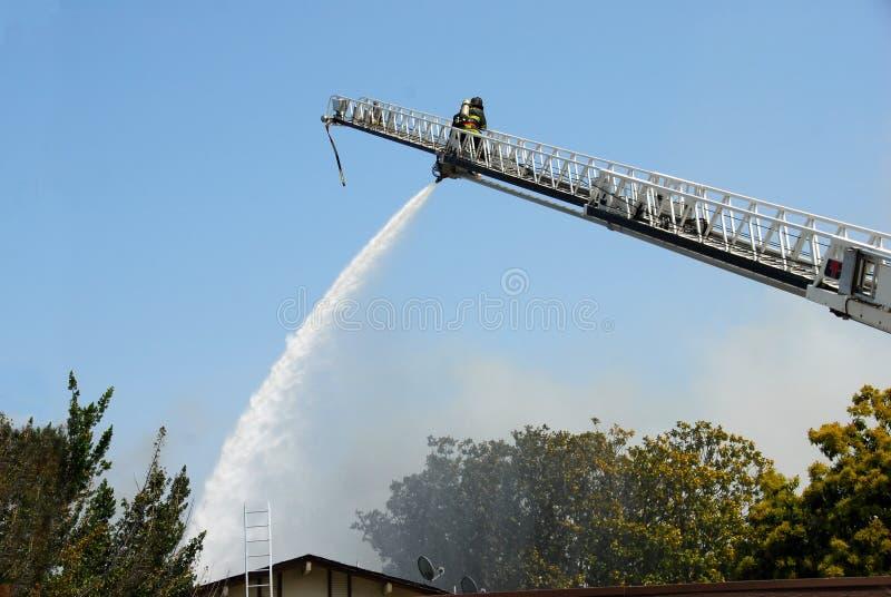 大炮使用水的消防员梯子 免版税库存图片