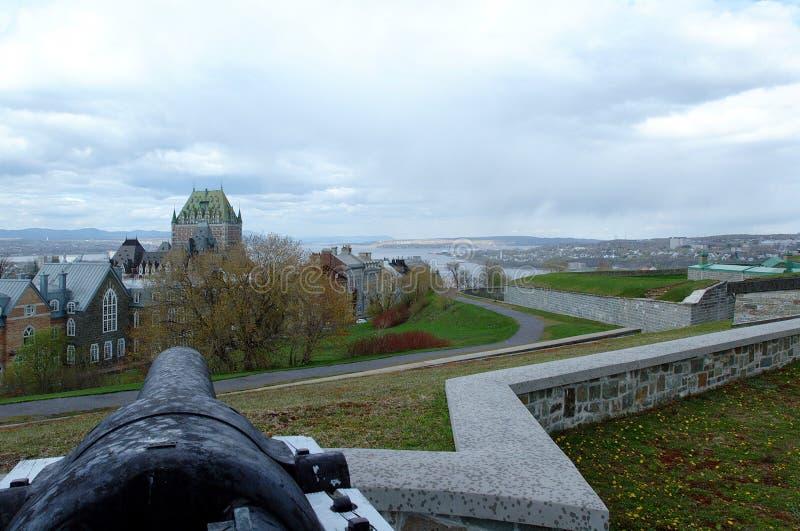 大炮pointig城市,魁北克的Citadelle,是活跃 库存照片