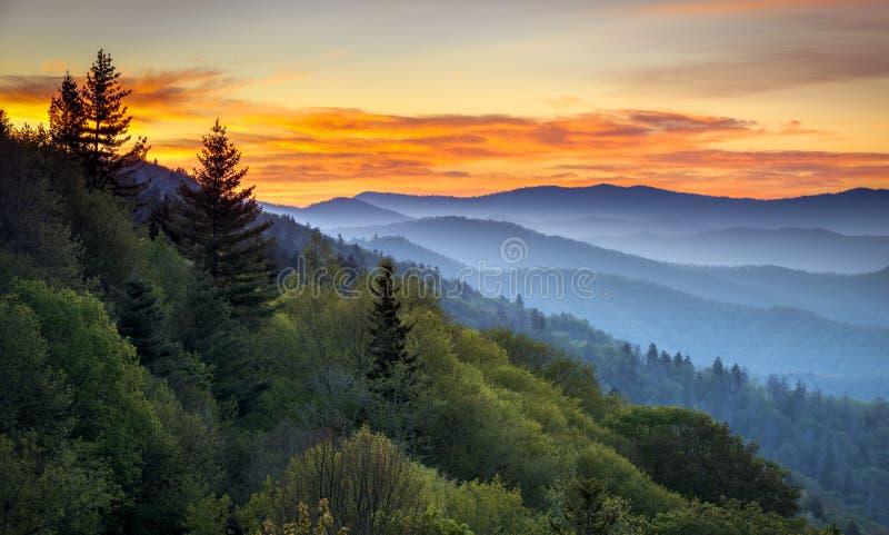 大烟雾弥漫的山脉国家公园风景日出横向 免版税库存图片