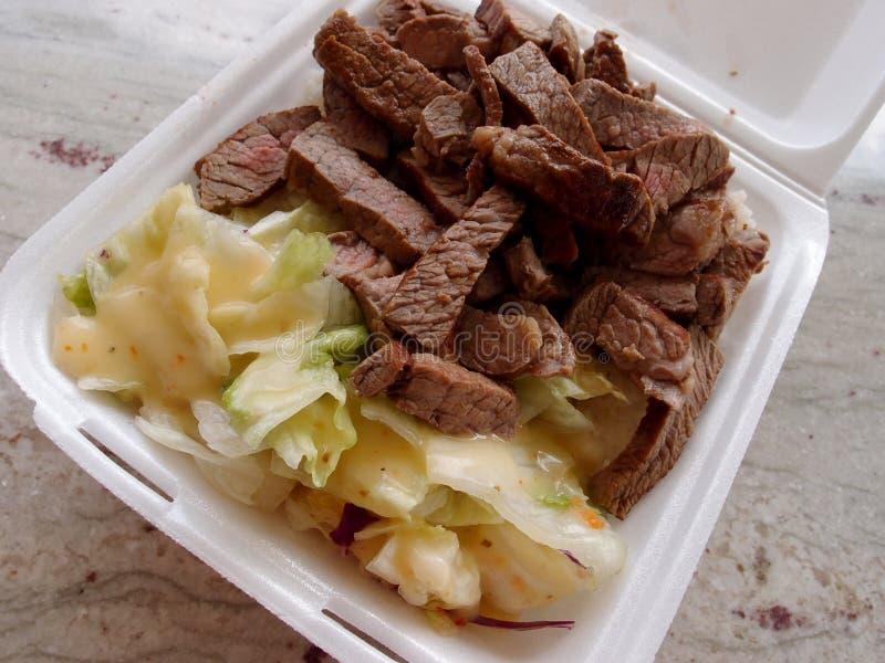 大牛排和生菜盘午餐 库存照片