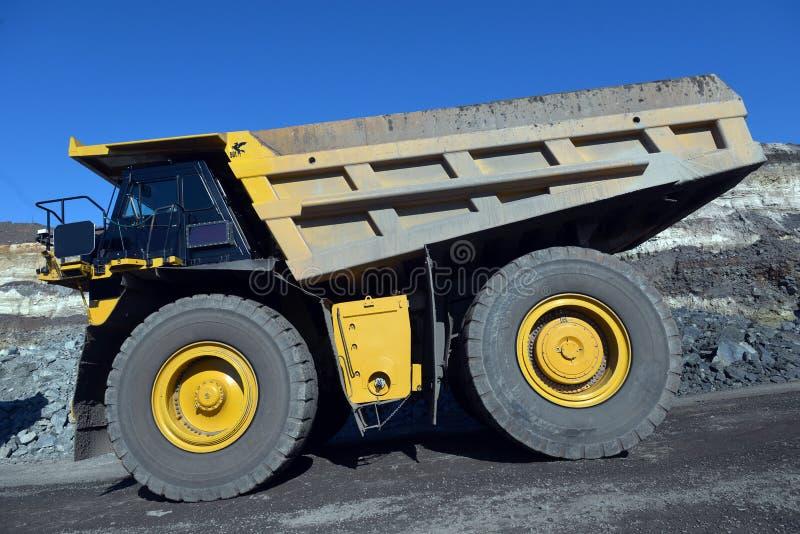 大猎物翻斗车 装载岩石在倾销者 装载 库存图片