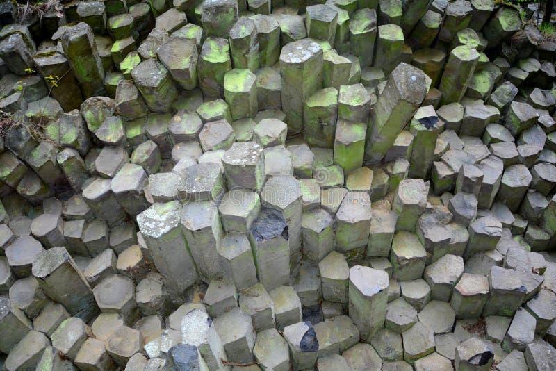 大玄武岩专栏-棱镜墙壁在Rhön,巴伐利亚,德国 免版税库存图片