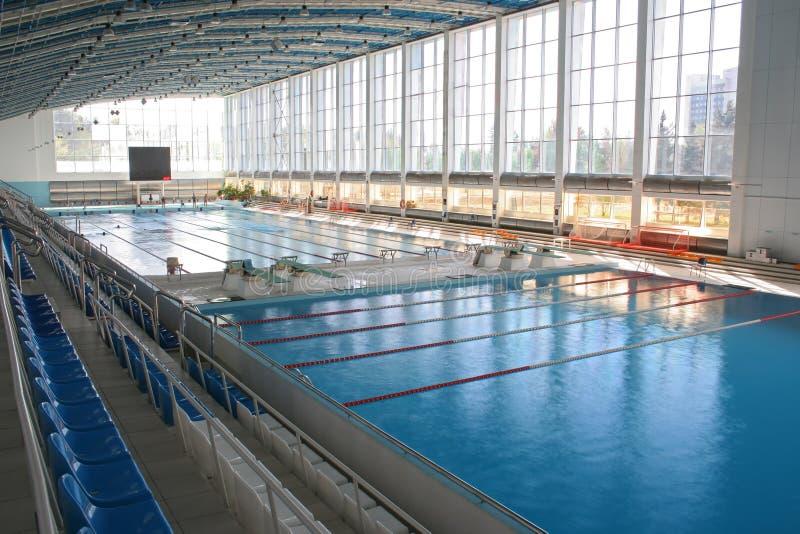 大现代池游泳 免版税库存图片