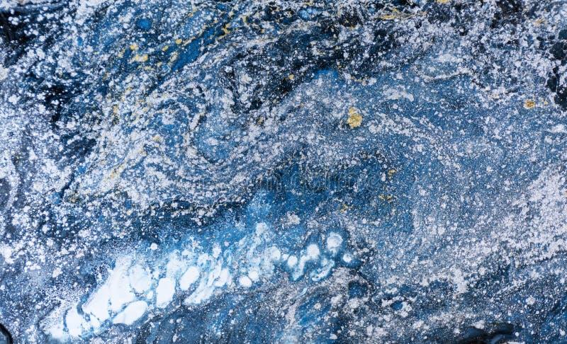 大理石抽象丙烯酸酯的背景 自然蓝色使有大理石花纹的艺术品纹理 金子和银闪烁 免版税库存照片