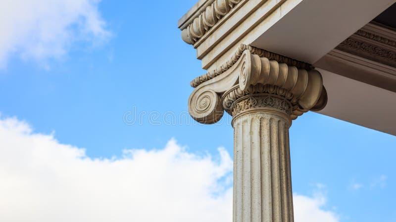 大理石柱子细节 白色华丽大理石的古老离子专栏 蓝天,下,紧密看法,横幅 免版税图库摄影