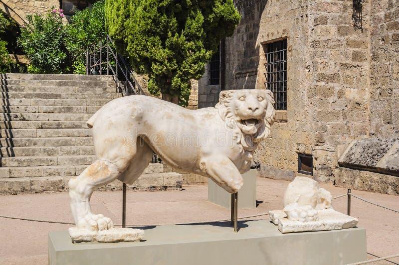 大理石狮子是考古学博物馆的历史古希腊人工制品 罗得岛,希腊 库存图片