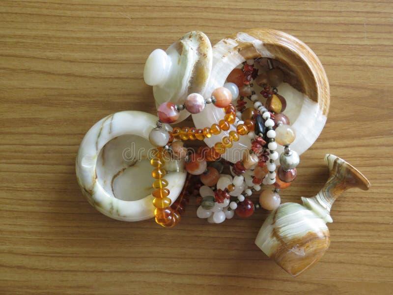 大理石箱子、觚和烟灰缸 项链做了半宝石 装饰设计和工艺品 库存图片