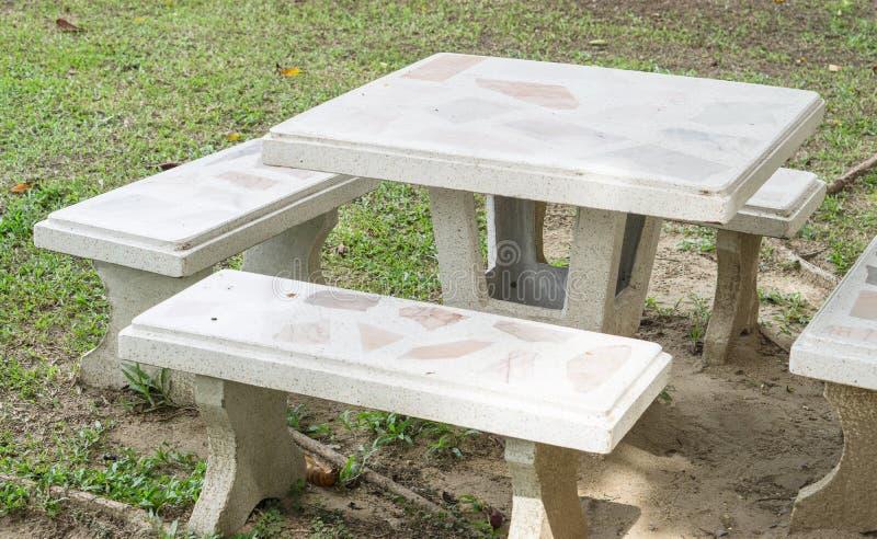 大理石长凳和桌在庭院里 免版税库存图片