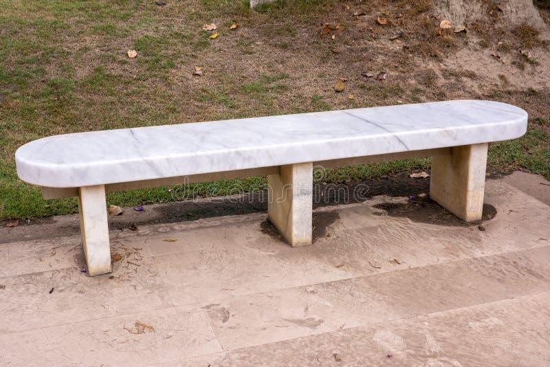 大理石长凳在公园 免版税图库摄影