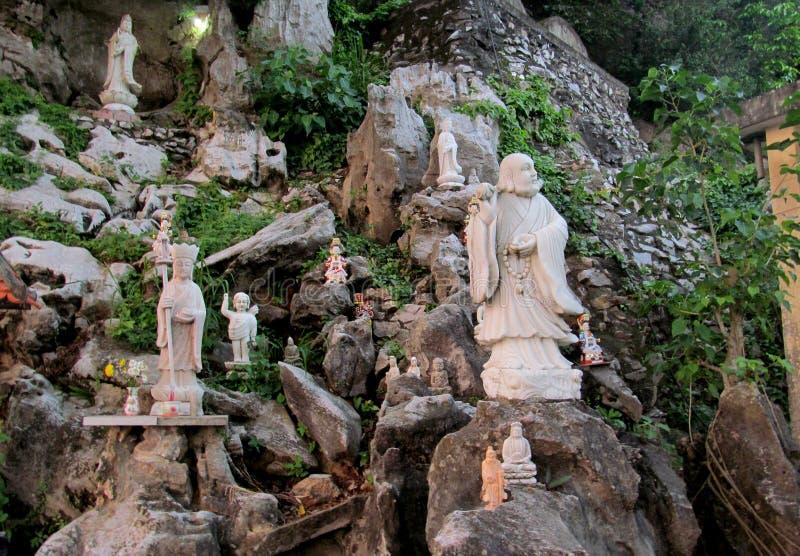 大理石雕塑在森林岘港市,越南里 库存照片