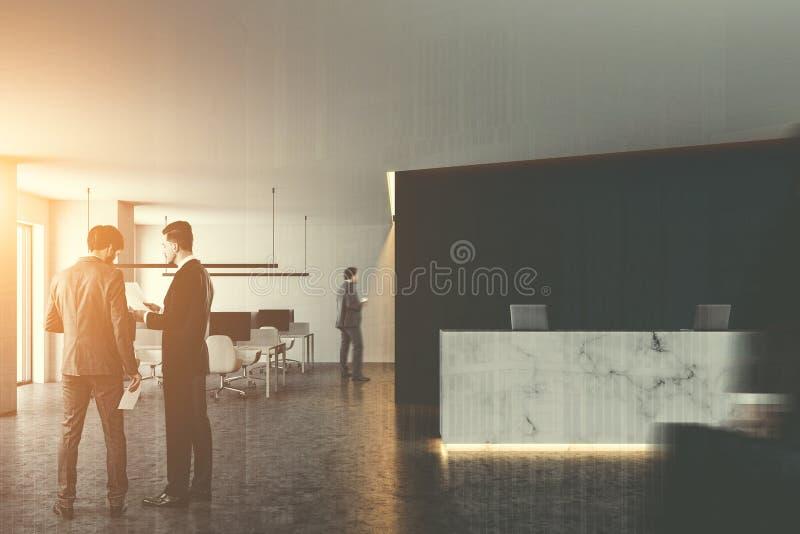 大理石recepton和露天场所办公室,人们 免版税库存图片