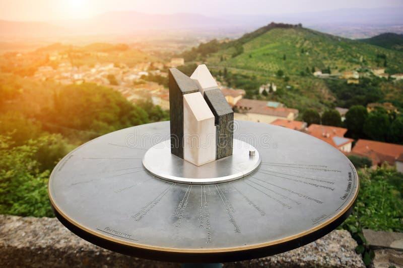 大理石toposcope特写镜头与意大利人托斯卡纳风景的 方向标 导航系统 风险轻率冒险日落时间 汽车城市概念都伯林映射小的旅行 免版税库存图片