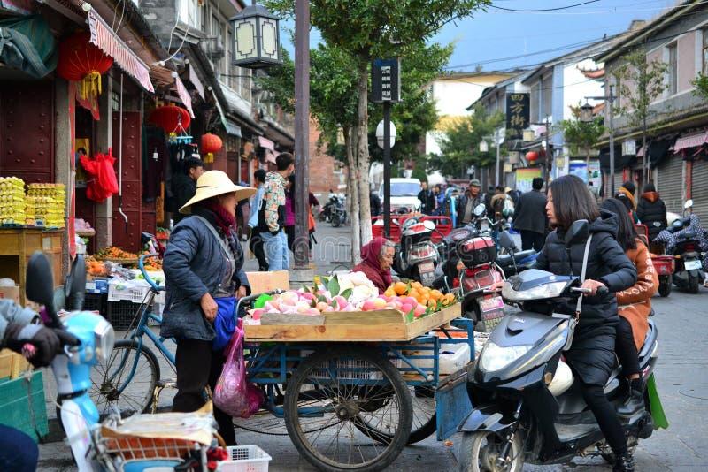 大理,云南,中国-街道的看法老和公园、寺庙、传统中国建筑学和生活 免版税图库摄影