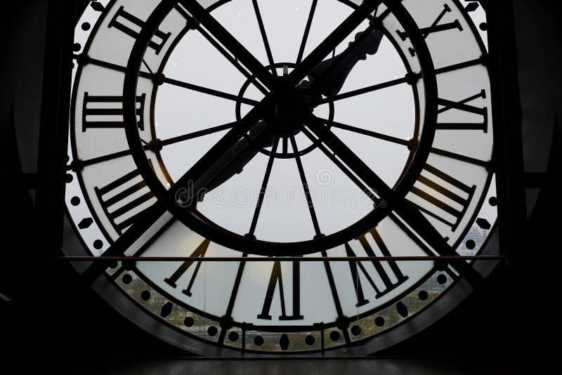大由后照的时钟在奥赛博物馆,巴黎 图库摄影