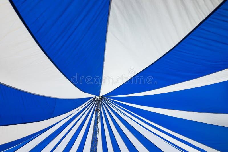 大白色帆布屋顶帐篷结构  库存照片