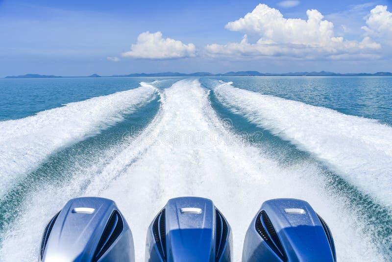 大白色波浪和水从航行到海岛的渡轮飞溅 图库摄影