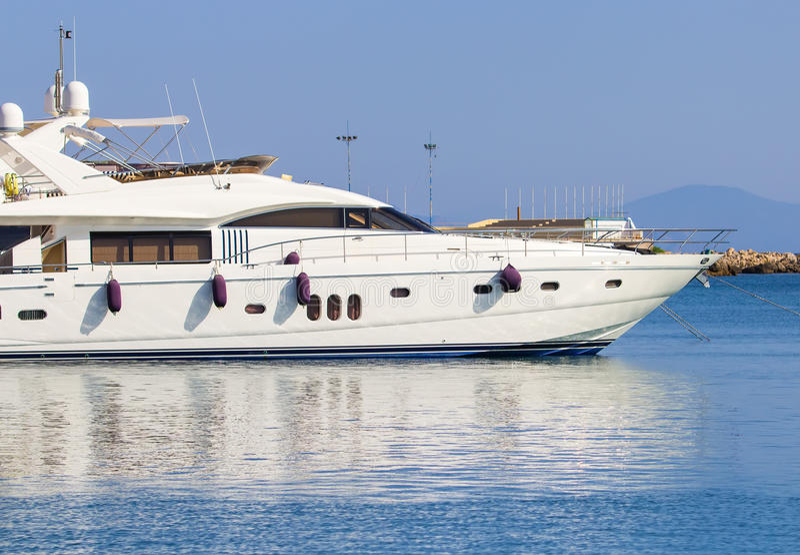 大白色现代马达superyacht在港口城市罗得岛希腊 库存照片