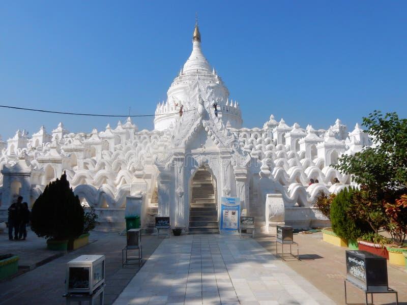 大白色绘了佛教塔Hsinbyume或Myatheindan, Mingun,缅甸 免版税库存照片