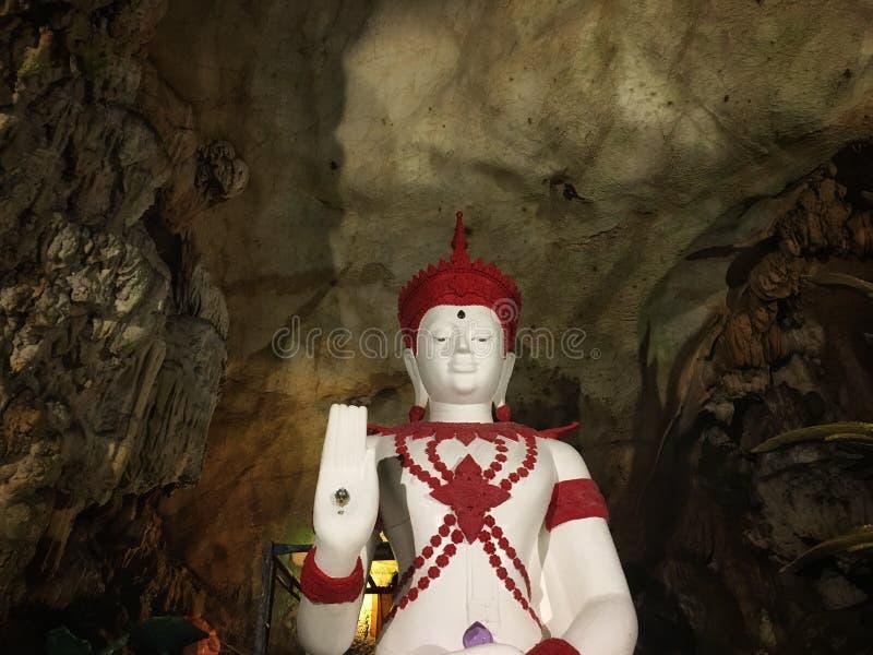 大皇帝菩萨雕象坐在北泰国洞的基地 免版税库存照片