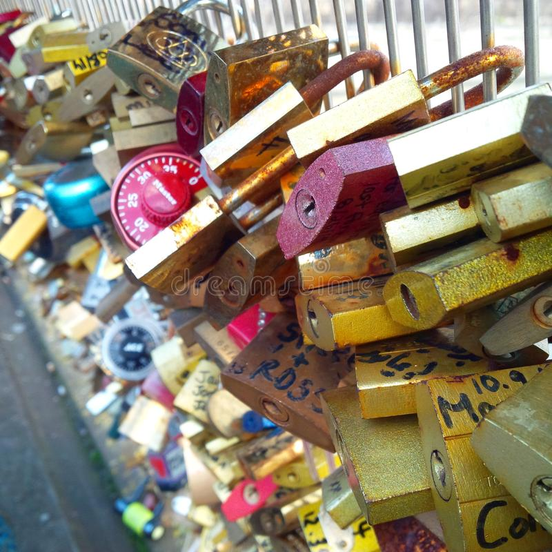 大监督之职Pont de l'Archevêché爱在Notre Dame附近的锁桥梁的桥梁在巴黎,法国 免版税图库摄影