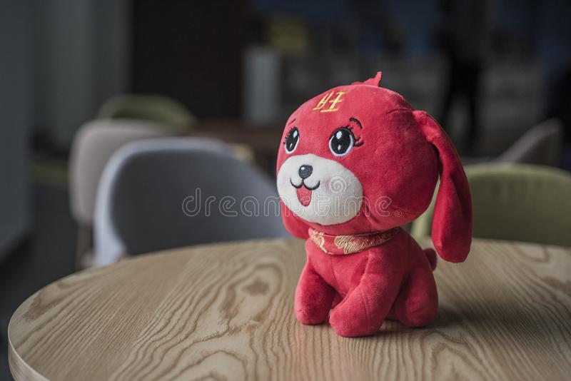 大眼睛,长的耳朵,红色蓬松玩具狗 图库摄影