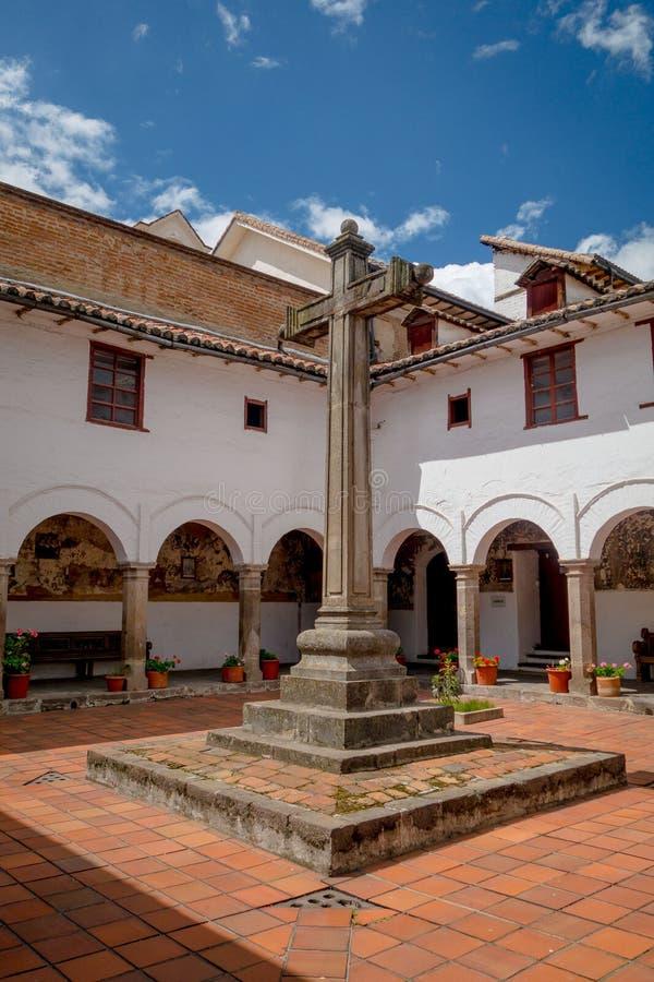 大石十字架圣被找出的里面庭院  免版税图库摄影
