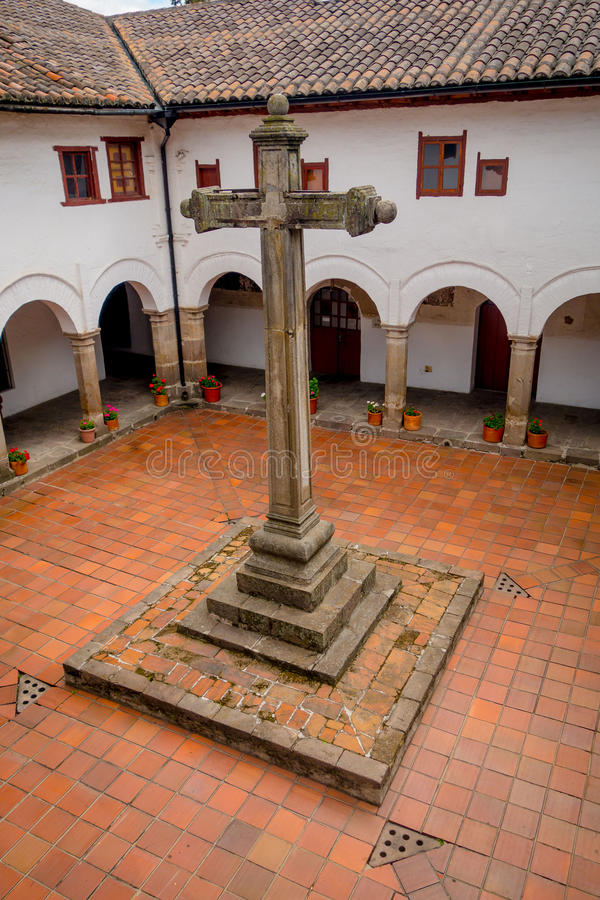 大石十字架圣被找出的里面庭院  库存照片
