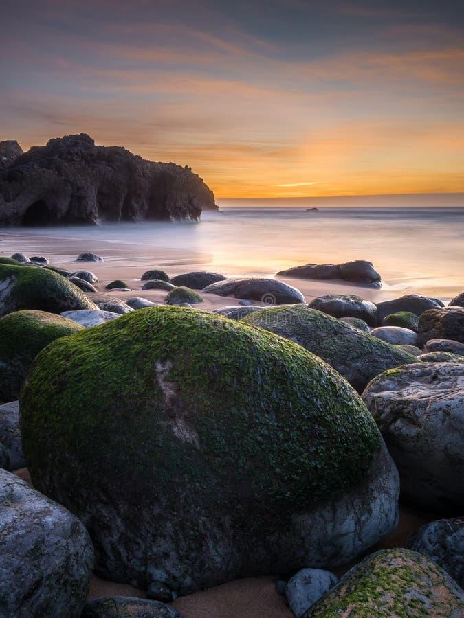 大石头和一个狂放的海滩 免版税库存图片