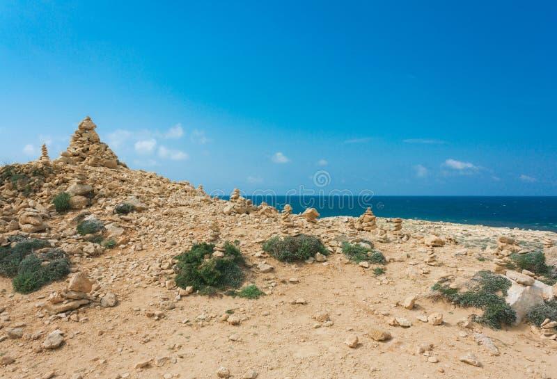 大石头平衡在海滩,土墩的 免版税库存图片
