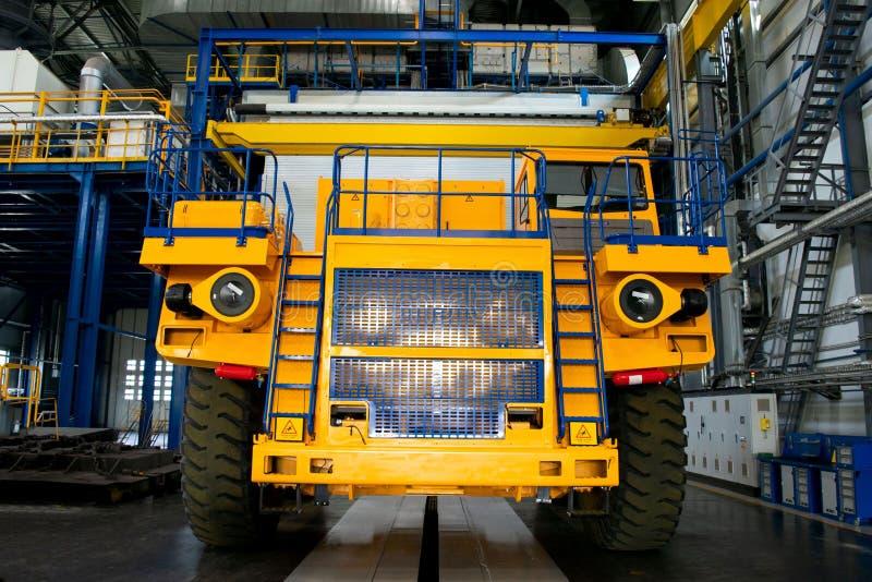 大矿用汽车在汽车工厂的生产商店 免版税库存图片