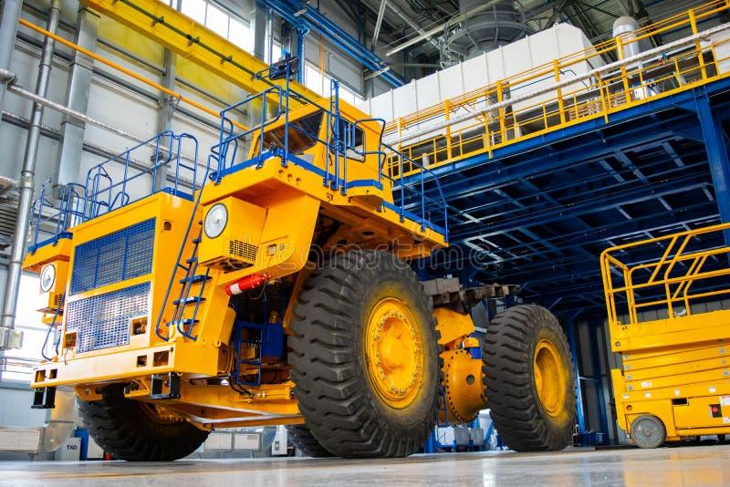 大矿用汽车在汽车工厂的生产商店 免版税库存照片