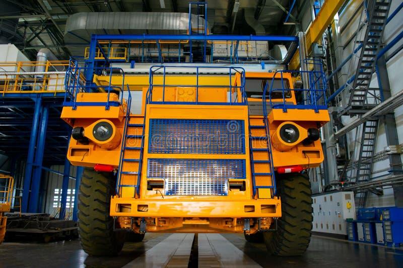 大矿用汽车在汽车工厂的生产商店 图库摄影