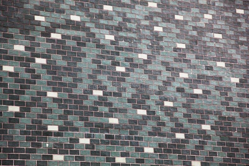 大砖墙在白色,黑和灰色整洁地安排了 免版税库存图片