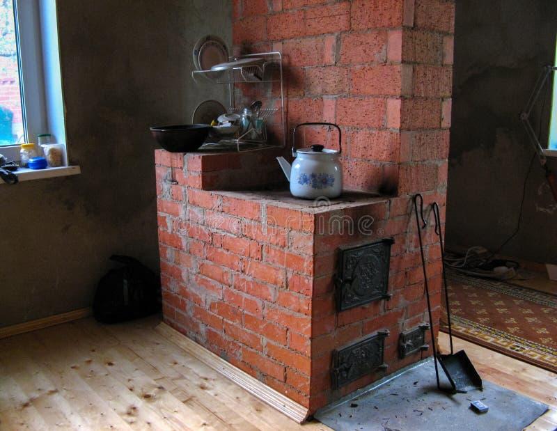 大砖火炉在乡下房子里在俄罗斯 库存照片