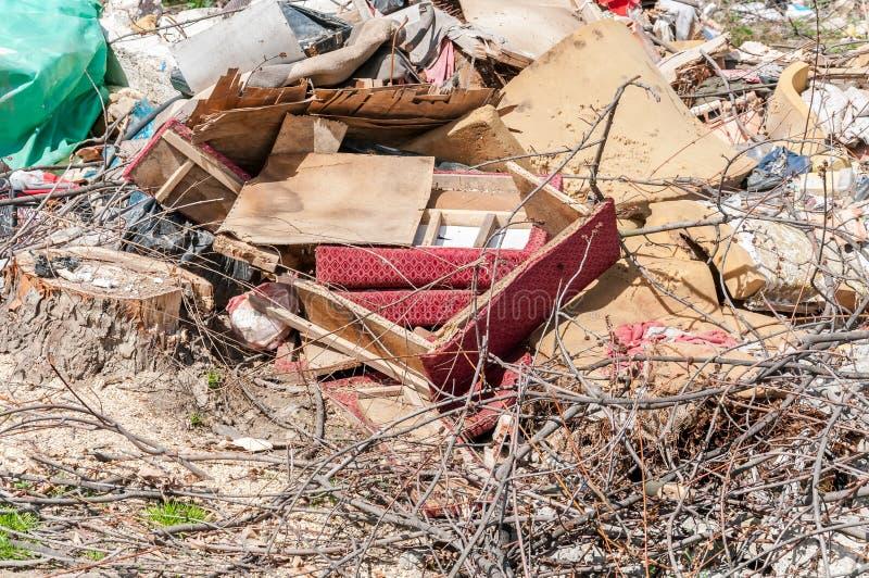 大破烂物和垃圾在自然或公园倾销了在污染与难闻的气味的城市环境 库存照片